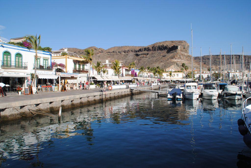 Hafen von Puerto de Mogán mit Yachten und Restaurants