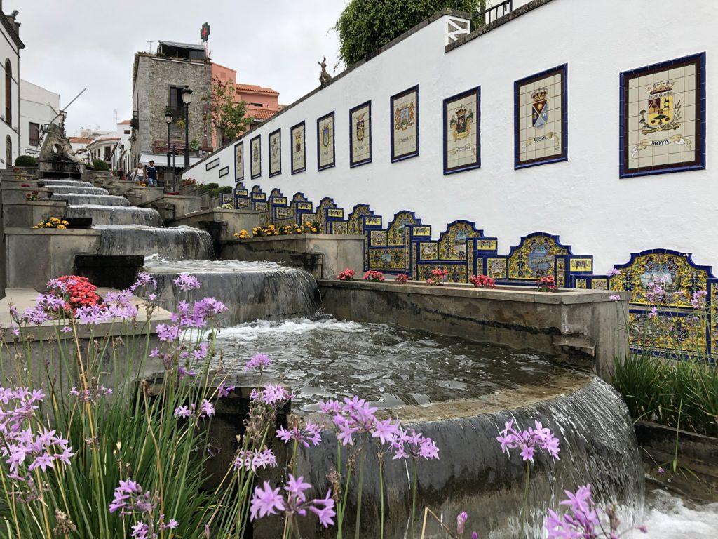Wassertreppe mit Bänken und Stadtwappen